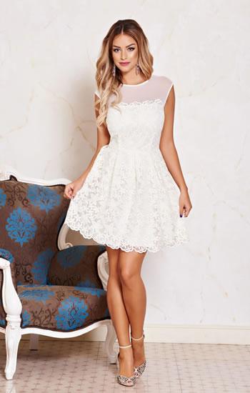 Adorabilele rochii de seara albe cu o fusta multi-strat, au lungimea chiar deasupra genunchiului. Se pare ca astfel de rochii trebuie sa fie croite din matase naturala, in stilul beckoning. Se pare ca astfel de rochii trebuie sa fie croite din matase naturala, in stilul beckoning.